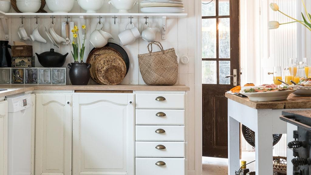 """""""Vårt kök är naggat och skavt, men oerhört charmigt och passar fint in i husets stil. Även om vi drömmer om att renovera det så duger det ett tag till"""", säger Anna."""