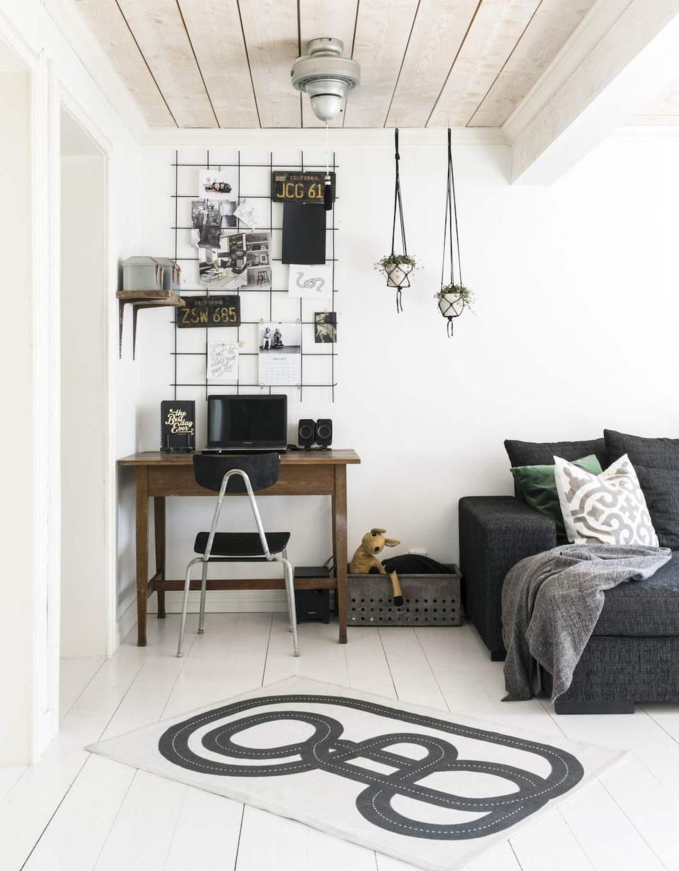 Skrivhörna. I ett hörn i vardagsrummet finns en arbetsplats. Bordet är ett fynd från ladan. Amplar, Lagerhaus, bilmatta, H&M home.