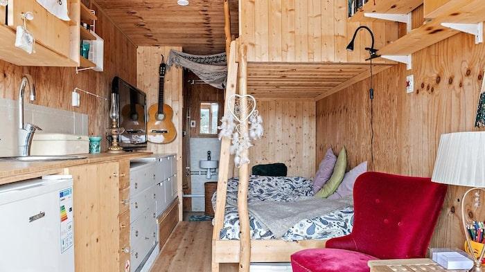 Själva bostadshuset har rum för både badrum, våningssäng och mindre köksdel.