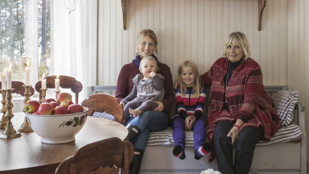Mor & dotter. Ulla-Britt med dottern Johanna, barnbarnen Thea och Smilla och hunden Molly.
