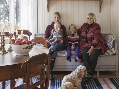 Ulla-Britt med dottern Johanna, barnbarnen Thea och Smilla och hunden Molly.