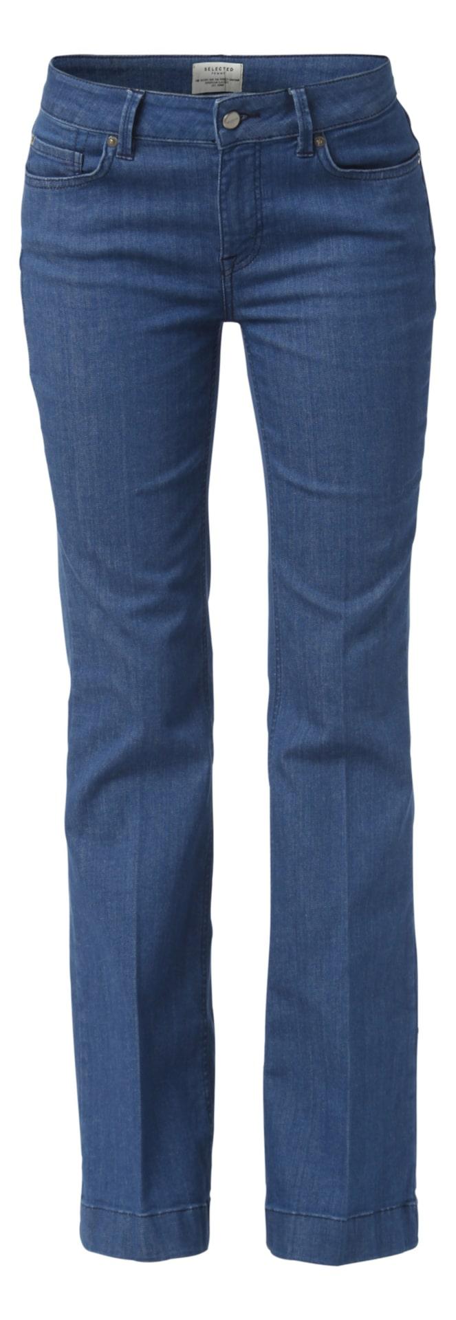 Lily flare jeans, Selected femme, MQ, 699 krFem-ficksjeans i flaremodell från Selected femme. Både de utsvängda benen och pressvecken fram och bak har en förlängande effekt.
