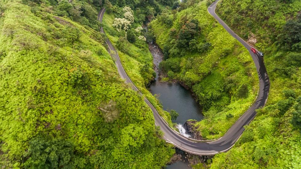 Över 600 kurvor på 100 kilometer – välkommen till Hana Highway.