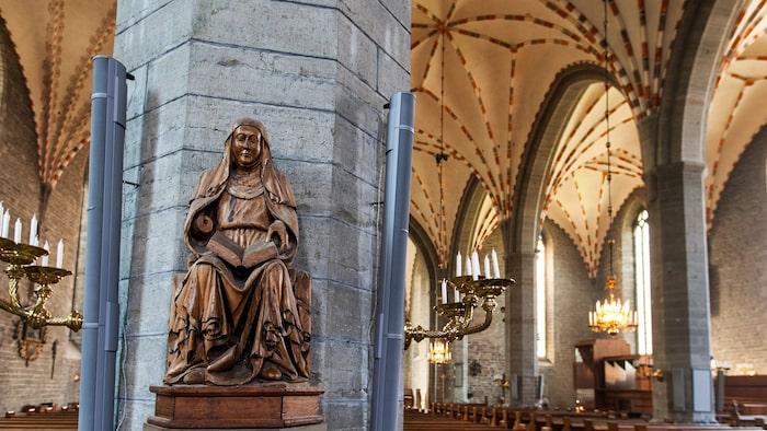 De bevarade medeltida träskulpturerna i Vadstena klosterkyrka är en konsthistorisk skatt. Mot en av de åttkantiga kalkstenspelarna vilar en florentinsk skulptur av Birgitta från 1391, den äldsta som finns.