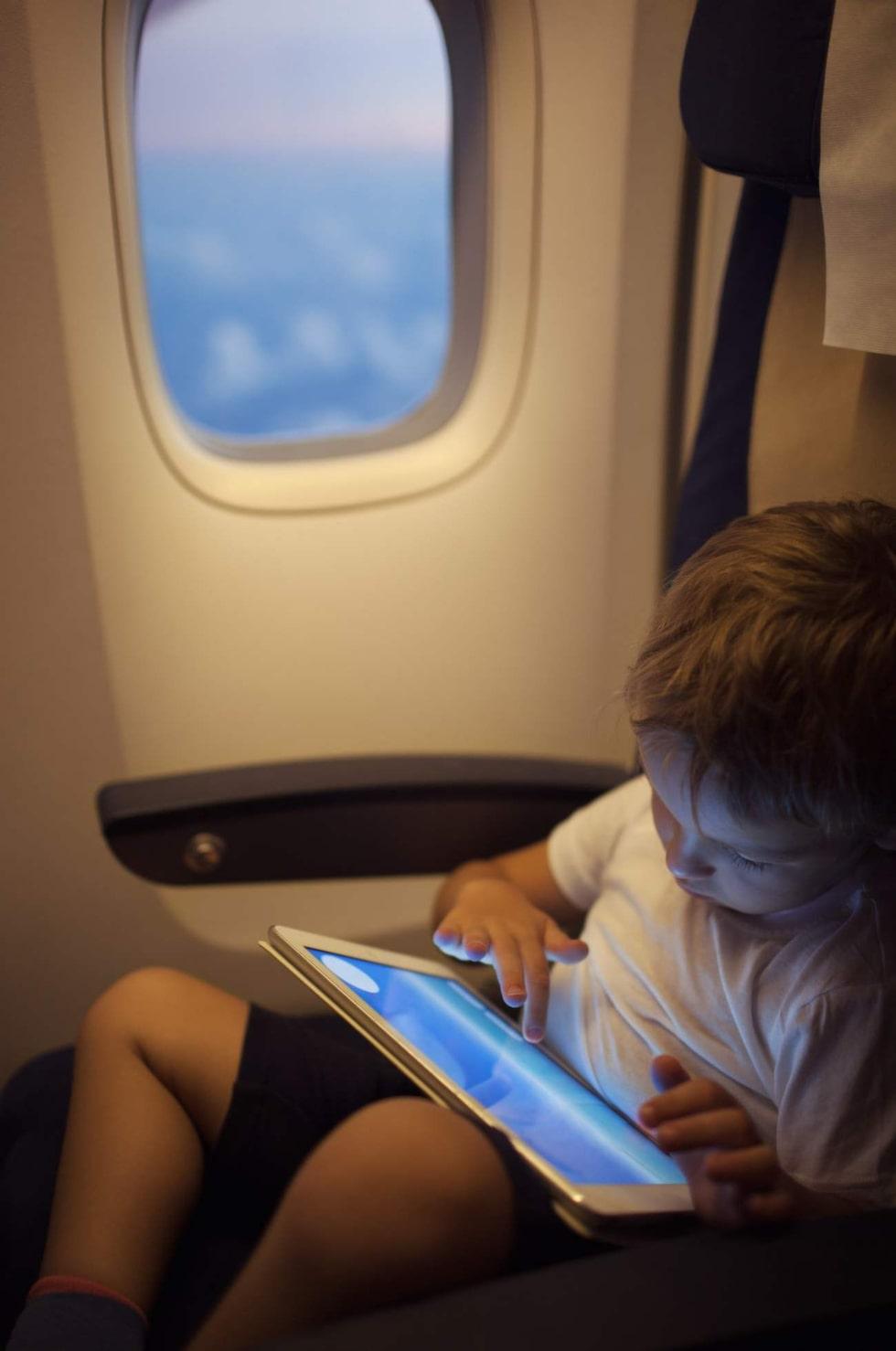 Se till att all elektronisk utrustning du vill ha med på flygningen är fulladdad och fulltankad med tv-serier, favoritmusik och spel.