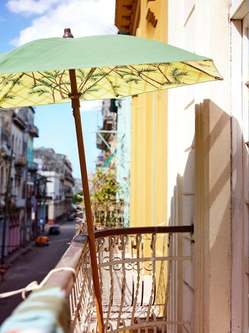 Skydd mot sol och snygg på samma gång. Parasoller i olika färger ingår i den nya kollektionen.