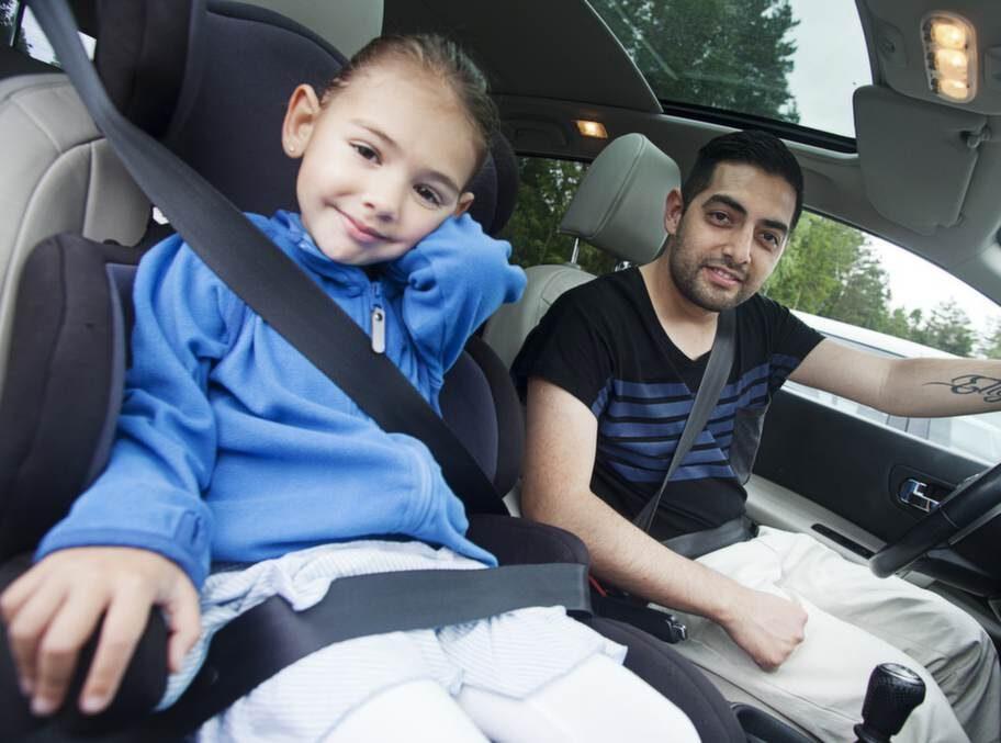 """Emir Lopez, 35, danskoreograf, Västervik, med Eleni, 4:- Använd fantasin och försök prata och lek med barnen. Vi brukar leka """"var är nästa blå bil?"""""""