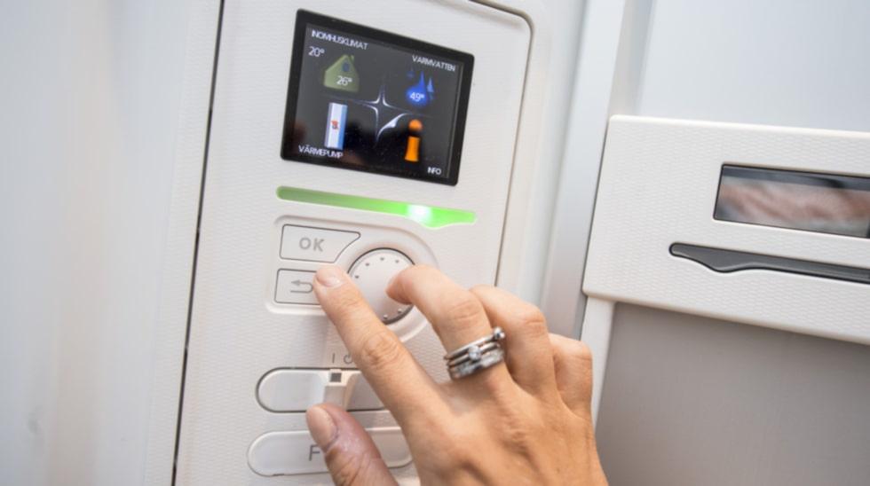 Familjen ställer in vilken temperatur de vill ha i huset. I början kan det ta upp till en månad innan man hittat sin favorittemperatur.