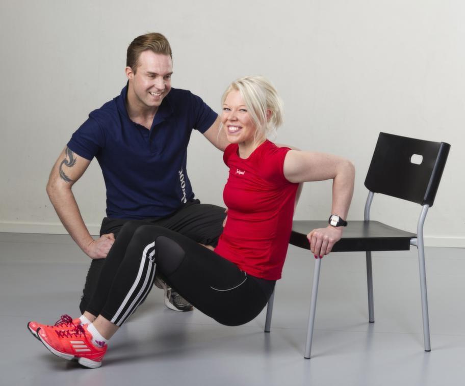 Set 4 Övning 2 DipsSätt dig långt ut på en stol och greppa den med båda händerna strax bakom dig, på sidorna. Se till att armbågarna är bakåt och sänk axlarna. Vila fötterna på golvet och tryck dig upp och ner med armarna (det är inte benen som ska jobba!).Reptera 20 gånger.Lättare variant: Ha fötterna närmare stolen.