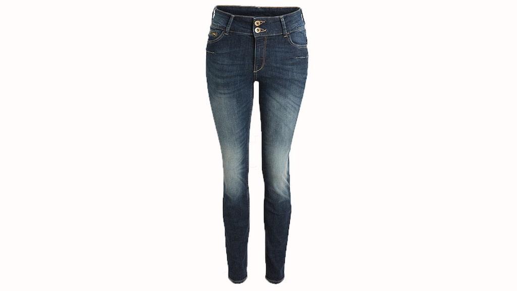 Shaping push up jeans.  Smala femficks-jeans i en mellanblå, stretchig kvalitet som formar och håller in midjan och låren samtidigt som den lyfter rumpan, 499 kronor, Lindex.