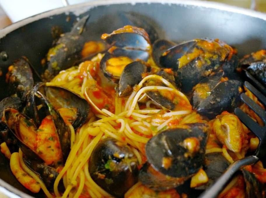 Smaka pasta med skaldjur.