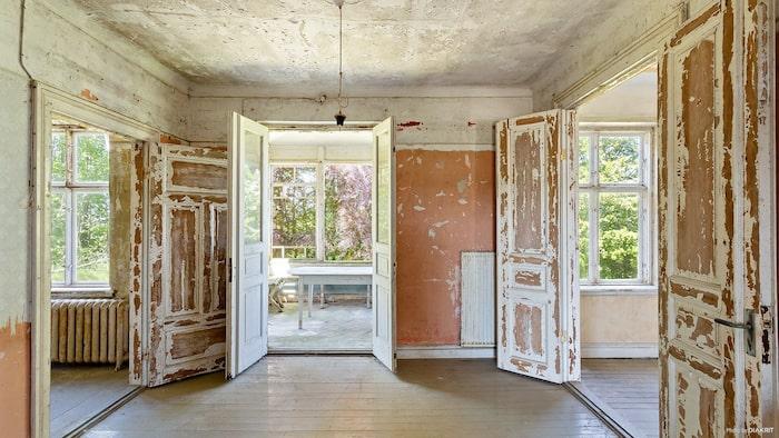 106 år har det gamla huset på nacken. Man kan se på de vackra spegeldörrarna i par att det varit ett påkostat hus en gång i tiden.