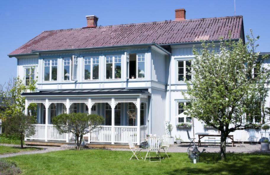 Huset<br>Familjen Caesar har hittat sitt drömhus. I början av 1900-talet blev huset ett gästgiveri, Åsa gästgifveri. Det hade tidigare stått i Annedal i Göteborg och fraktades 1899 via järnvägen till Åsa.