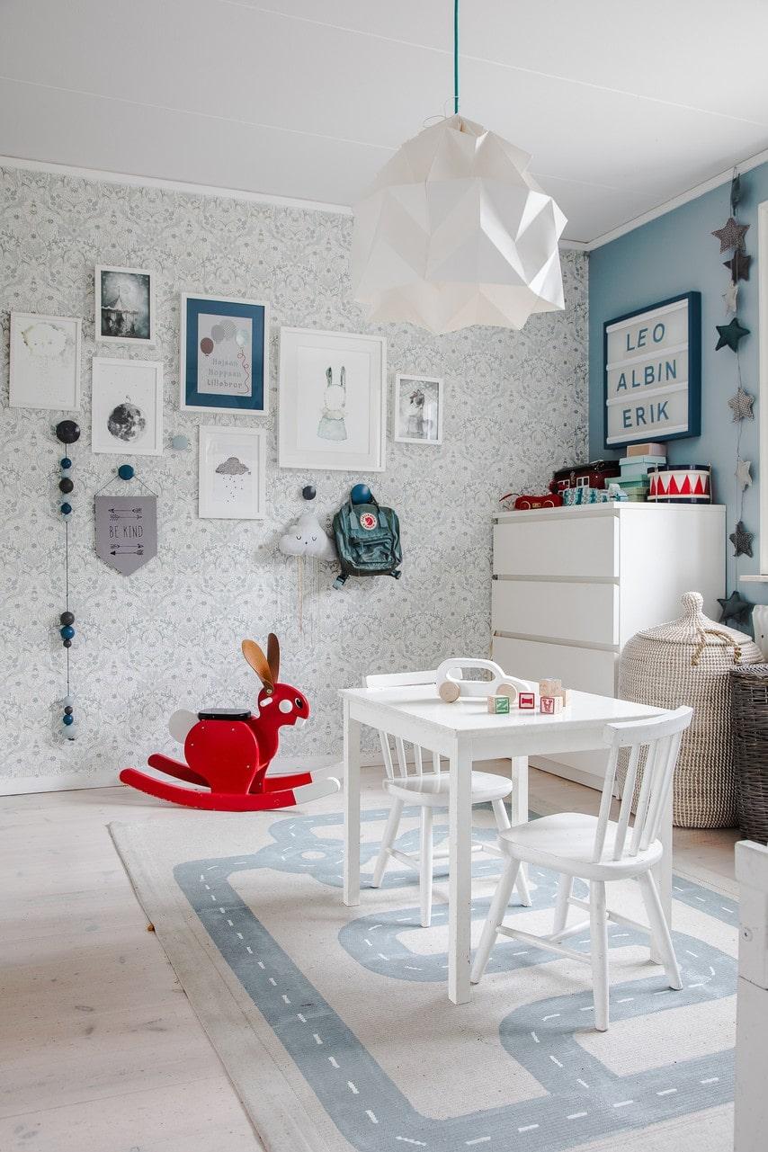 Lekfullt med tapet och målad vägg i barnrummet.