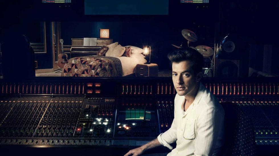 <p>Förutom en övernattning blir den kände producenten och artisten Mark Ronson värd under besöket. Foto: Airbnb</p>