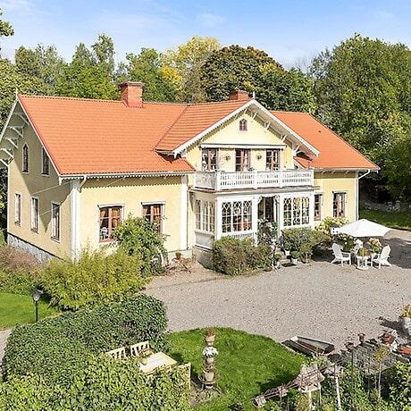 Drömmig prästgård med stall i Norrköping.