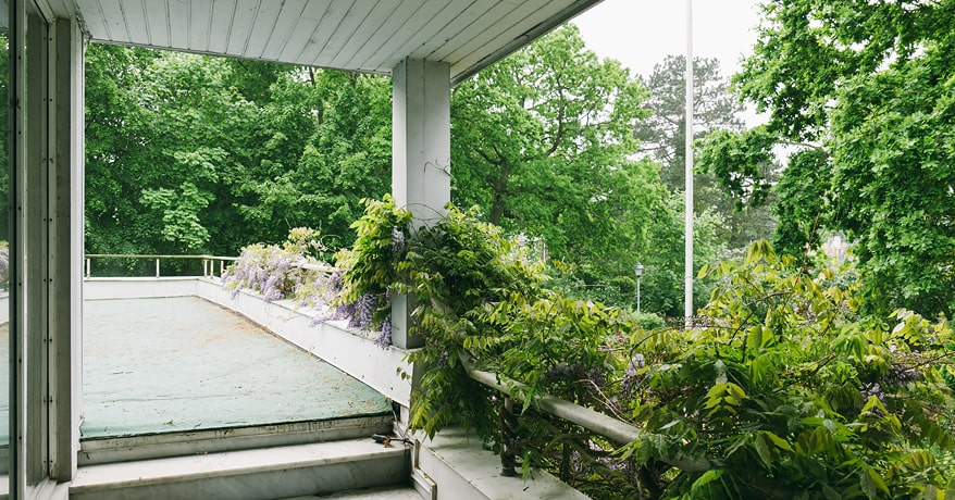 Övervåningen består av två sällskapsrum, öppen spis och utgång till två altaner - en i söder och en i väst.