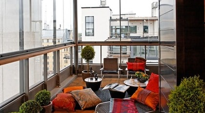 FLEXIBELT PÅ BALKONGEN. Lumon inglasad balkong Typ: Glasa in balkongen utan att begränsa din utsikt. Lumon glasar in balkonger och terrasser i den stil som passar dagens arkitektur. Aluminiumkonstruktionen är hållbar (den har utvecklats för att klara extrema väderleksförhållanden), bekymmersfri och elegant i sin design. Inglasningen kan snabbt monteras från balkongens insida och kräver inte byggställningar. Glaspartierna är flexibla i sidled och kan öppnas upp helt inåt rummet för att ge bästa möjliga sikt och för att enkelt kunna rengöras. Pris: Utförlig information och prisuppgift lämnas av Lumon. Info: www.lumon.se.