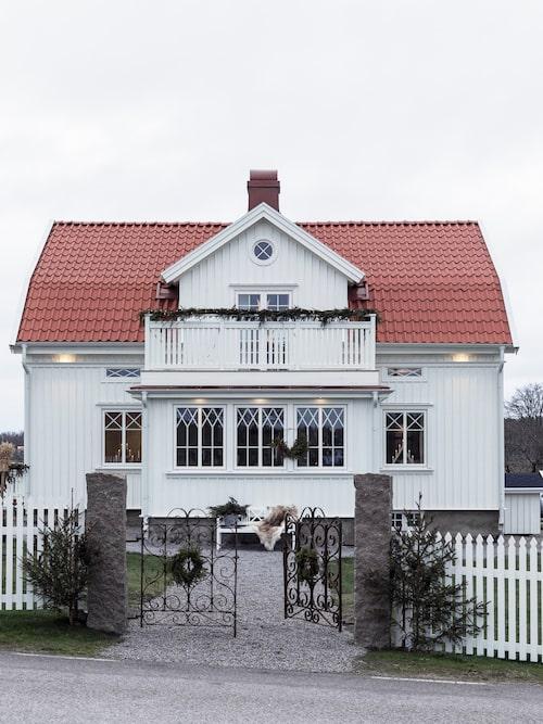 De gamla grindarna är från 1800-talet och inköpta för att passa huset.
