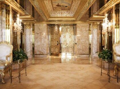 Vackert. Donalds konstnärsvänner har hjälpt honom att smycka lägenhetens väggar och tak.