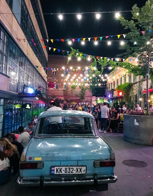 Fabrika var klädfabrik under sovjettiden. I dag hänger stans hipsters här bland barer, restauranger och ung georgisk design.
