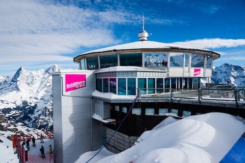 Den roterande toppstationen Piz Gloria ligger på toppen av berget Schilthorn. Med sina runda form, och stora panoramafönster har den en imponerande 360 graders vy över en del av Alpernas mest spektakulära bergsmassiv.