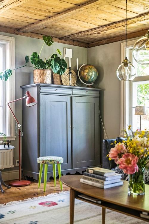 Inredningen går hand i hand med husets karaktär och den lugna färgskalan tillsammans med de nötta brädgolven skapar en harmonisk och genuin känsla.
