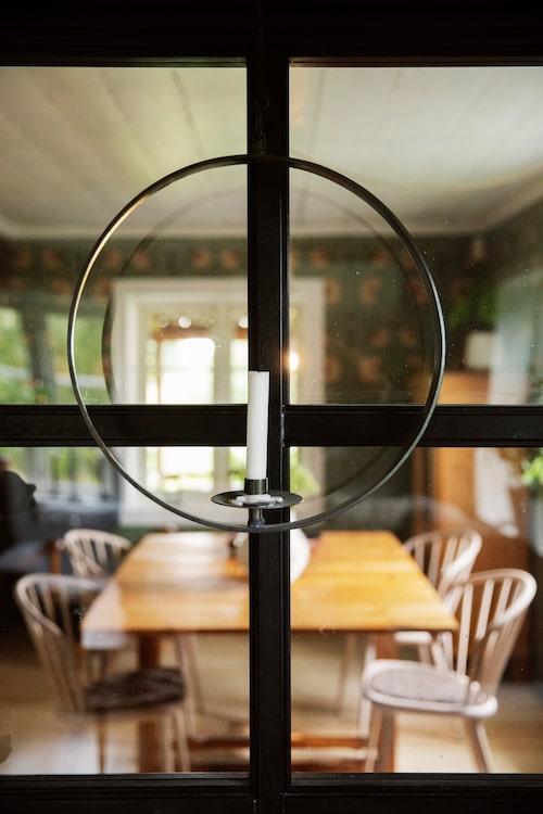 Glasväggen som Fredrik har byggt delar av matsalen och vardagsrummet.
