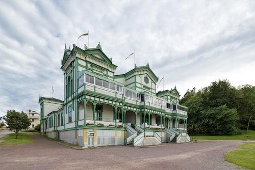 Marstrand var tidigt ute när det gäller kurbad i havet. Inspirationen kom från badorter längs med de brittiska, tyska och nederländska kusterna. Nyrenässansbyggnaden Societetshuset uppfördes 1886.