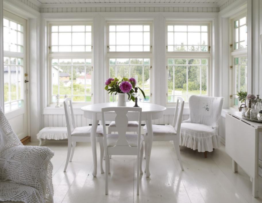 Inglasad. Tone är mycket förtjust i fönster. Förutom dem i hennes eget hus finns ytterligare 70 fönster på lager som ska användas till bland annat utestuga.