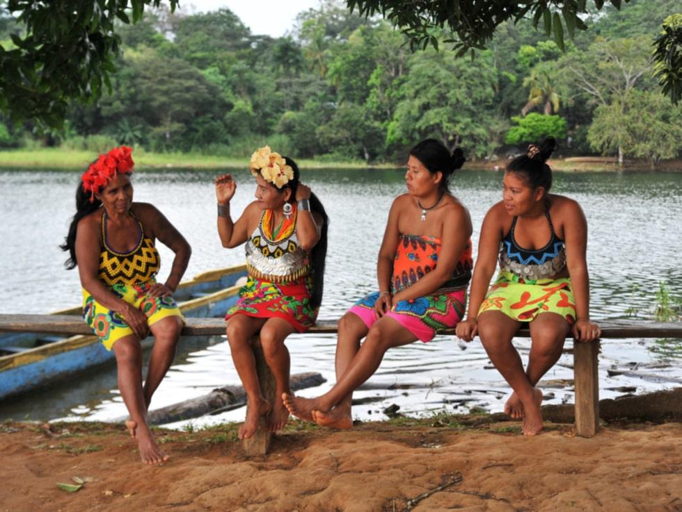 Kvinnor från Emberá-folket väntar på att ta emot dagens turistgrupp.