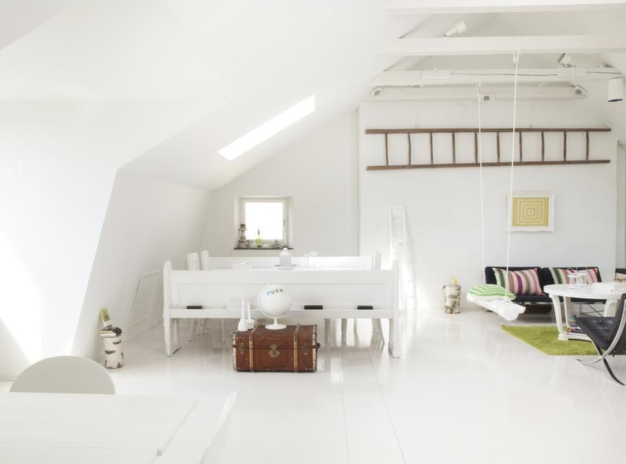 Högt i tak<br>Den vita vindens allrum, ett vilsamt rum med många roliga och annorlunda detaljer.