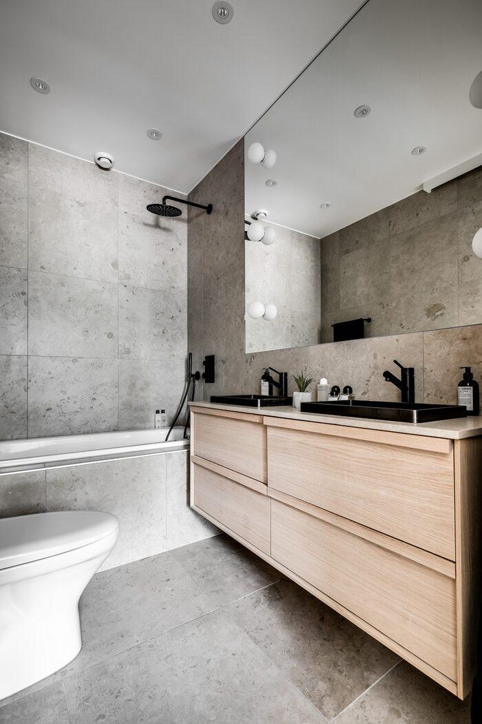 Badrummet som man kommer till från sovrummet har både designbadkar och exklusiv takdusch.