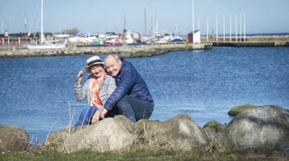 """Nisse och Bea i Skillinge hamn där det doftar friskt av hav, tång och tjära. """"Här nere i Skillinge får man vara som man är, även om man är stockholmare"""", säger Nisse."""