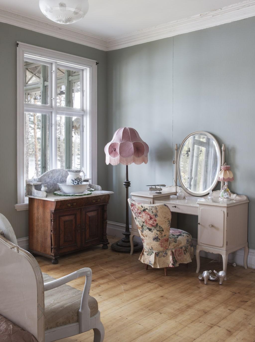 Romantiskt. Ett av sovrummen på ovanvåningen. Inredningen är gammal och möblerna påminner om svunna tider.