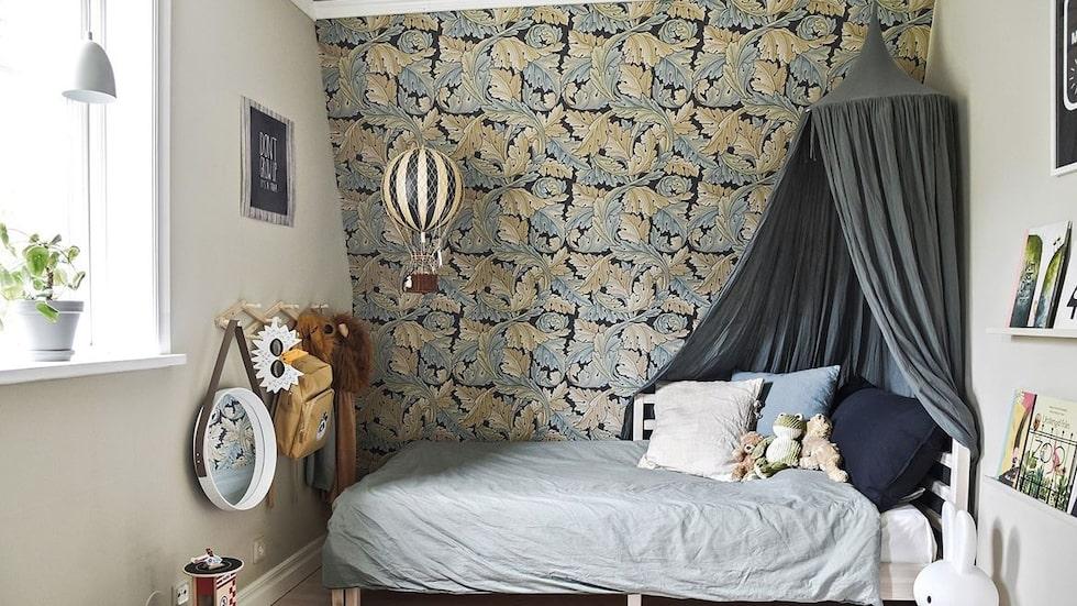 Ett av flera sovrum, här inrett till barnkammare.