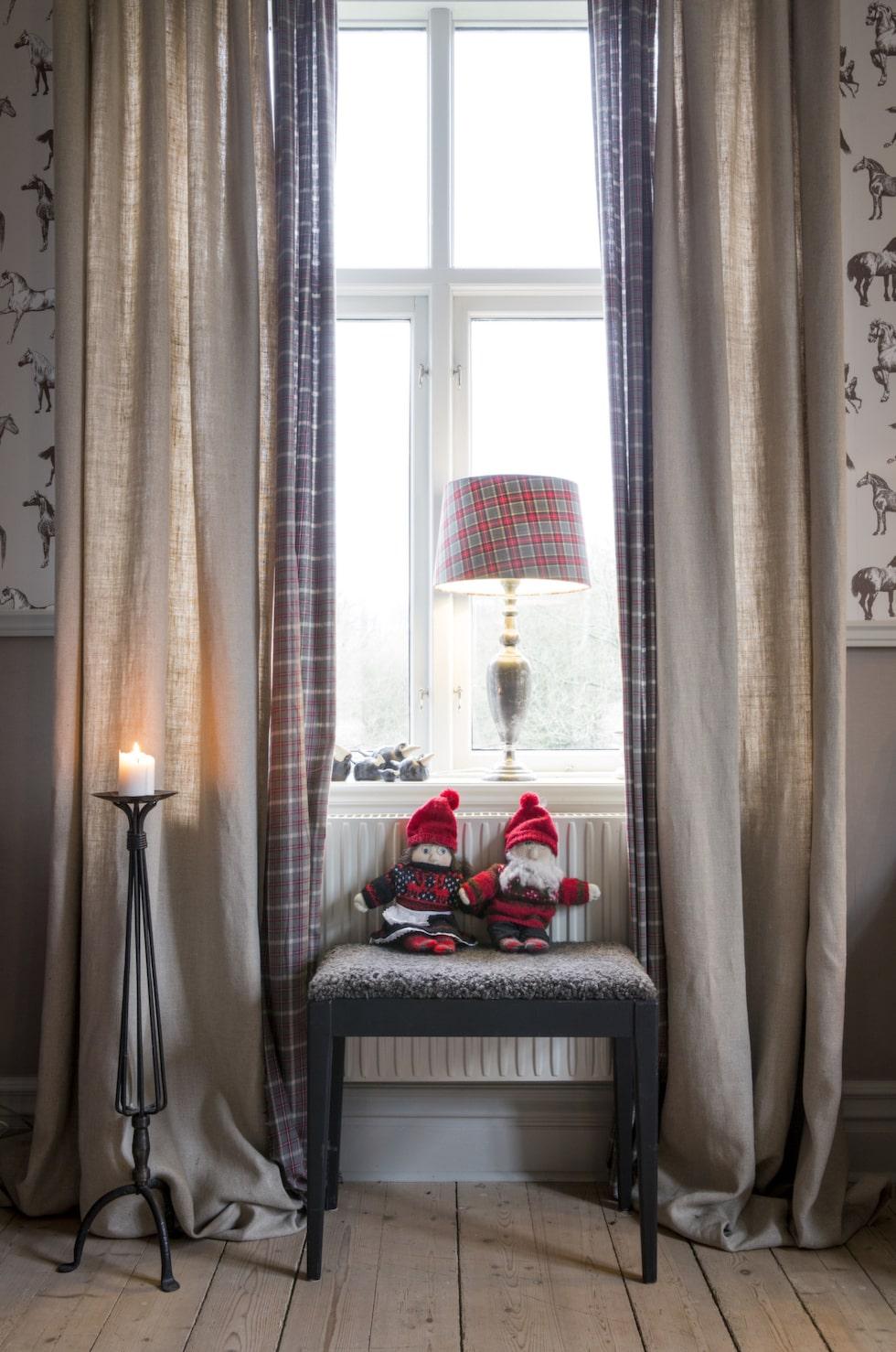 Tomtar. Skotskrutigt är en av Britts favoriter till jul. I konjaksrummet hänger gardiner fodrade med rutigt tyg. Lampa med rutig lampskärm från Britts egen inredningsbutik.