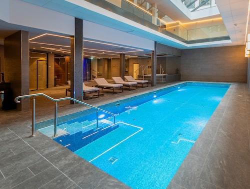 Pool och wellnessavdelning finns på hotellet.