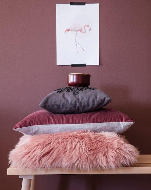 Metallburk med mäsingslock, 295 kr, Floristkompaniet. Mörkgrå kudde med paljetter, 395 kr, Måleributiken i Alvik. Vinröd avlång sammetskudde, 495 kr, Gyllstad. Lurvig rosa kudde, 399 kr, Åhléns. Bänk, 399 kr, Ikea.