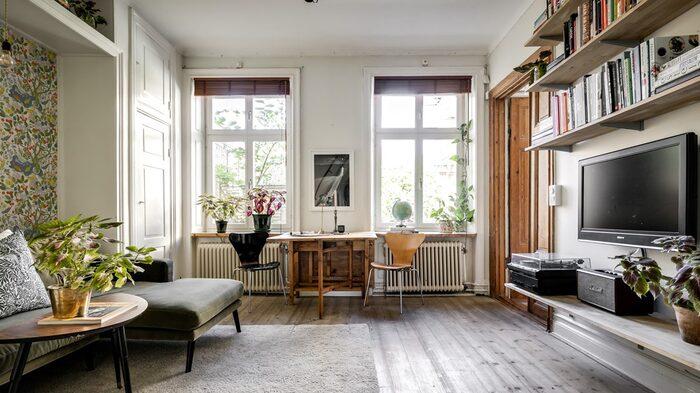 Stora och höga fönster släpper in bra med ljus.