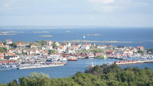 Styrsö är centralorten i södra delen av Göteborgs skärgård med 1 400 bofasta.  Vägarna är smala och avstånden korta – här tillåts inte biltrafik (golfbilar och flakmopeder är dock vanliga).