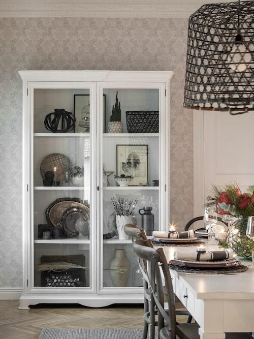 Det gedigna skåpet i matsalen är fyllt av vackra ting, både gamla och nya. Skåp och stolar, Pb Home.