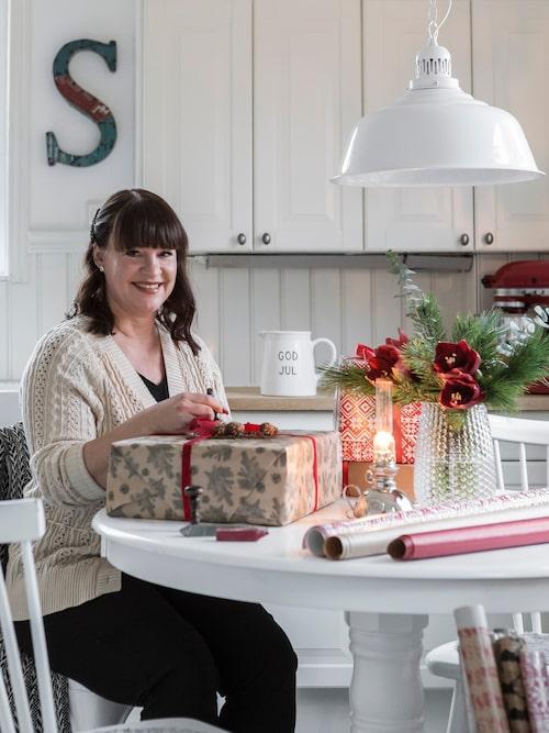 """En av höjdpunkterna under familjen Hanssons jul är när de, helgen före julafton, samlar släkten för julmiddag och lackar julklapparna. Det är en tradition som påbörjades redan på 1940-talet och som familjen tagit över. """"Vi provsmakar julbordet och stämplar våra medhavda klappar med ett sigill och en stämpel med familjenamnets initialer"""", säger Sofia."""