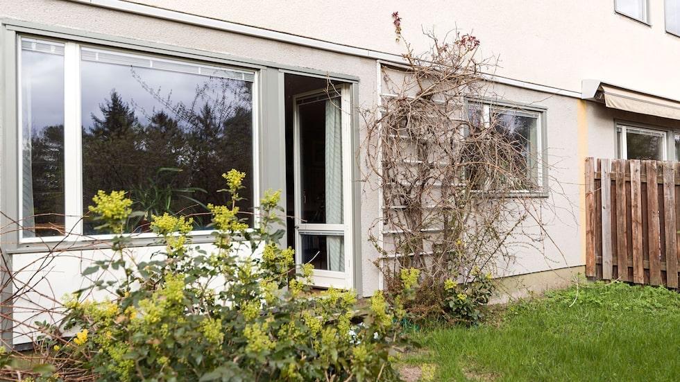 Till huset, som är en del av en bostadsrättsförening, hör en liten trädgårdsplätt.