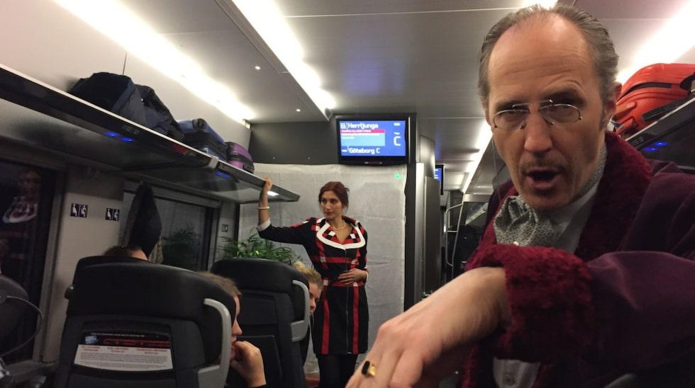 Det är teatergruppen Wall och Vivien som sätter upp den interaktiva föreställningen på tåget.