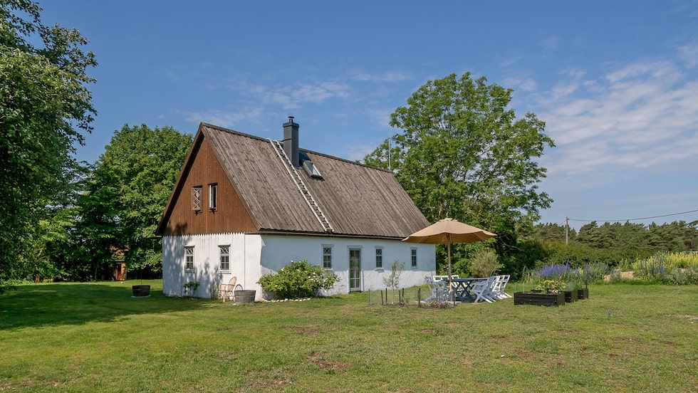 Huset har tidigare varit stall men gjordes om till bostad på 1980-talet.