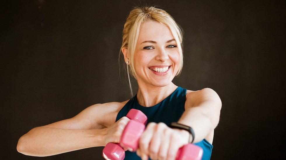 Traditionellt sett har tumregeln för att bygga muskler varit att använda något lättare vikter – cirka 75-80 procent av vad man maximalt orkar lyfta en gång – och köra 2-6 repetitioner i varje set. Men forskning visar att ännu lättare vikter räcker