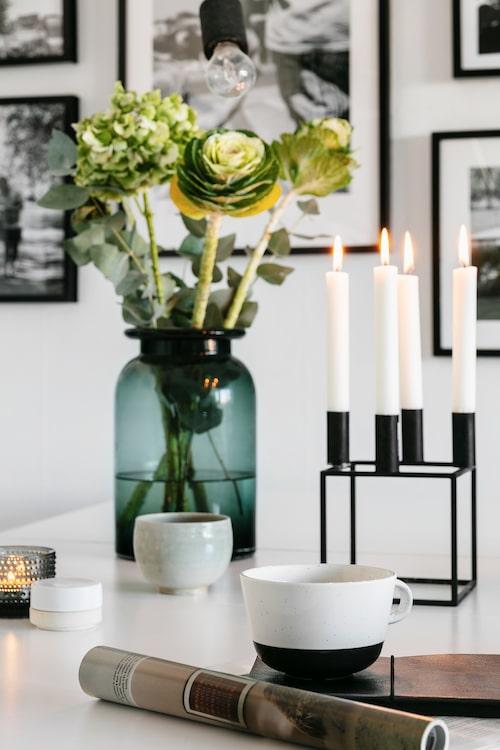 Ljusstake Cubus från By Lassen. Vas H&M Home. Kopp, Ikea. Skål och ask från en liten hantverksbutik på Österlen. Ljuslykta Iittala.