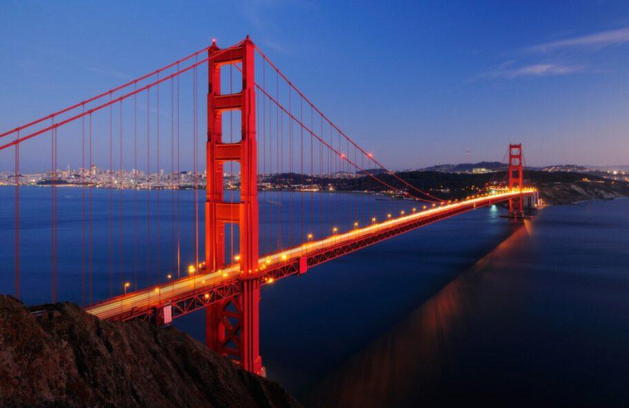 """Att cykla de nästan 2 700 meterna över Golden Gate-bron har blivit så populärt att det fått sitt eget uttryck - """"Bike the Bridge"""". Och visst är det ett av de bästa sätten att uppleva San Franciscos storhet."""