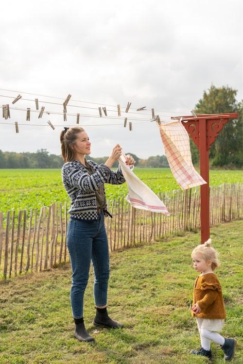 Till snickarglädjen på den egenbyggda torkställningen använde Mathilda samma mall som hennes mormor en gång ritat till verandan i Mathildas barndomshem.